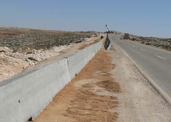 מעקה הבטון בדרום הר חברון. צילום: האגודה לזכויות האזרח, פברואר 2006.