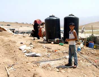 מכלי המים של משפחת דר'ארמה באל-פארסייה. צילום: עאטף אבו א-רוב, בצלם, 8.10.2010.