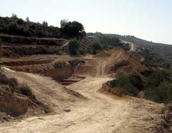 השחתת טרסות חקלאיות עתיקות באדמות אל-ולג'ה. צילום: אייל הראובני, בצלם, 5.11.10