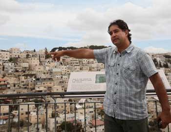 Yonathan Mizrahi on a tour in Silwan
