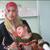מייסא א-סמוני ובתה התינוקת בבית החולים א-שיפאא בעיר עזה. צילום: מוחמד סבאח, בצלם, 8.1.09.