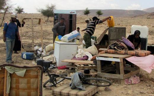 משפחה שביתה נהרס בכפר פסאיל. צילום: עאטף אבו א-רוב, בצלם,