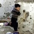 """<p>[1320] 3.4. ילד פלסטיני יוצא מביתו במחנה הפליטים ג'נין, לאחר שהבית נפגע במהלך מבצע """"חומת מגן"""".</p><p>תצלום: גוראן טומסביץ', רויטרס</p>"""