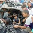 """<p>[4883] 31.8.0 ילדים משחקים בשרידי מכונית שנפגעה מירי טיל ממסוק של צה""""ל בטובאס שבגדה המערבית. מהירי נהרגו חמישה פלסטינים.</p><p>תצלום: סעיד דחלה, רויטרס</p>"""