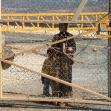 <p>[1067] 1.10.0 سيدة فلسطينية وطفلها تنتظر زوجها على بوابة الجدار الفاصل قرب ام الفحم لكي يحضر لها حذاءا لطفلها , الزوج يحمل الهوية الاسرائيلية بينما الزوجة والطفل لا يحملون الهوية الاسرائيلية</p><p>تصوير: يحزكيل لاين, بتسيلم</p>