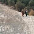 <p>[1078] 2.10.0 فلسطينيون ينتظرون لعبور بوابة الجدار الفاصل لقرية باقة الشرقية شمال الضفة الغربية ,وقد ازيل هذا المقطع من الجدار في شباط 2004</p><p>تصوير: يحزكيل لاين, بتسيلم</p>