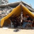 """<p>[4685] 16.6.0 חסן עאשור ובני משפחתו באוהל שהקימו על ההריסות של ביתם בשכונת א-זייתון, רצועת עזה. צה""""ל הרס את ביתם ב-12.5.2004.</p><p>תצלום: מאזן אל-מג'דלאוי, בצלם</p>"""