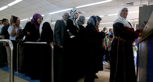 נוסעים ממתינים בתור לבדיקת דרכונים במעבר אלנבי. צילום: עאמר עוואד, רויטרס, 9.7.09