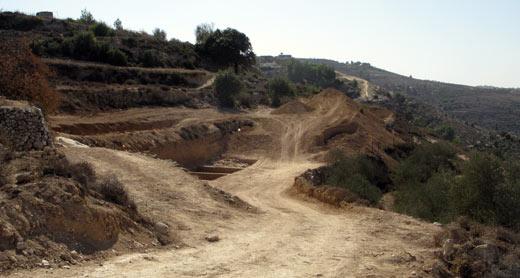 إتلاف المباني الزراعية القديمة في أراضي الولجة. تصوير: ايال هرئوفيني، بتسيلم، 5.11.10.