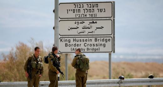 חיילים ליד הכניסה למעבר אלנבי. צילום: רונן זבולון, רויטרס, 10.3.14