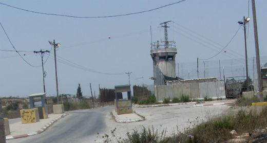 המגדל הצבאי המבוצר במחסום עטארה שממנו ירו החיילים בא.ז. צילום: איאד חדאד, בצלם, 2.8.15