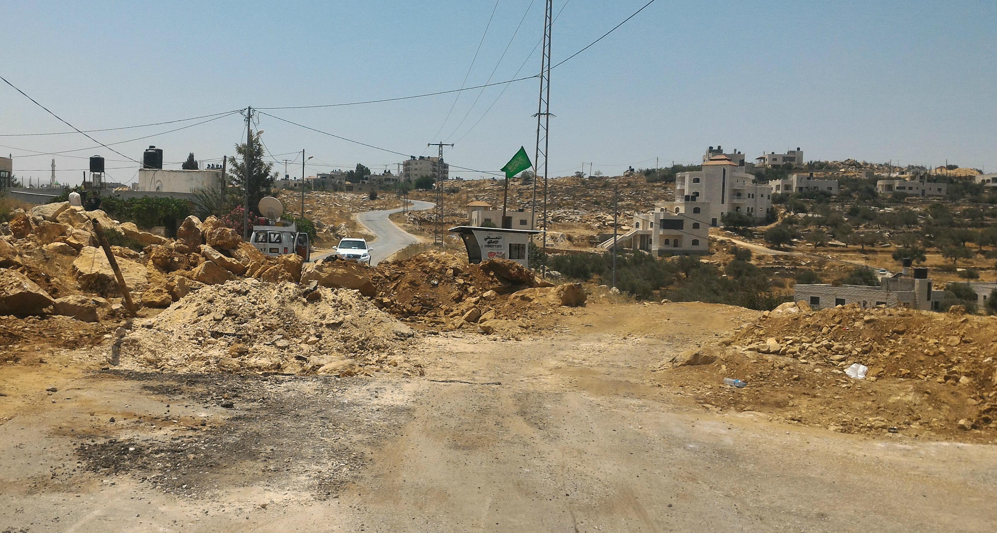 חסימת עפר שהצבא ביצע בכניסה המזרחית של כובר. צילום, איאד חדאד, בצלם. 23.7.17.