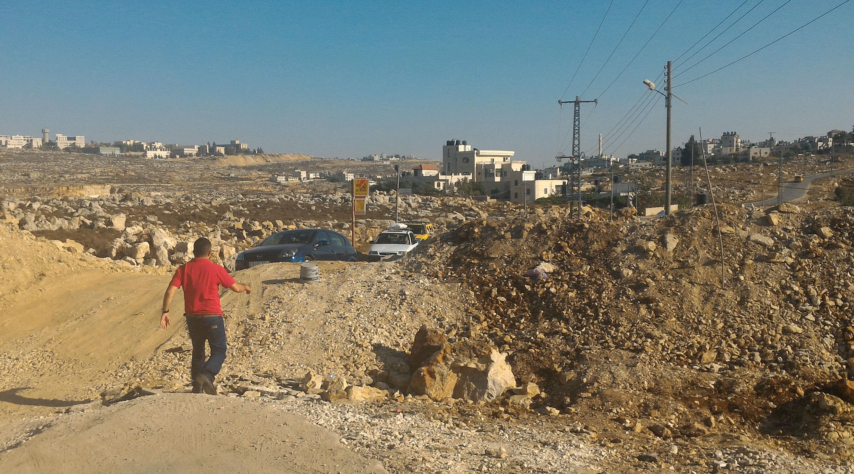 אחד המעברים שהצעירים פתחו בחסימה על הכביש בכובר. צילום, איאד חדאד, בצלם. 6.8.17.