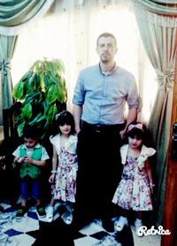 טאהר יעקוב עם ילדיו. התמונה באדיבות העד